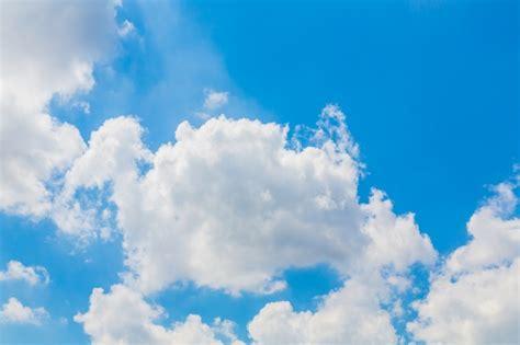 imagenes nubes blancas nubes blancas en el cielo azul descargar fotos gratis