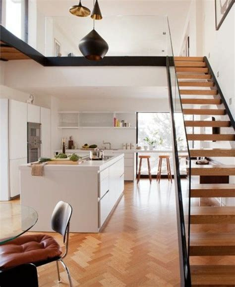 Incroyable Idee Deco Cuisine Moderne #8: garde-corps-en-verre-escalier-loft-au-dessus-dune-cuisine-moderne.jpg