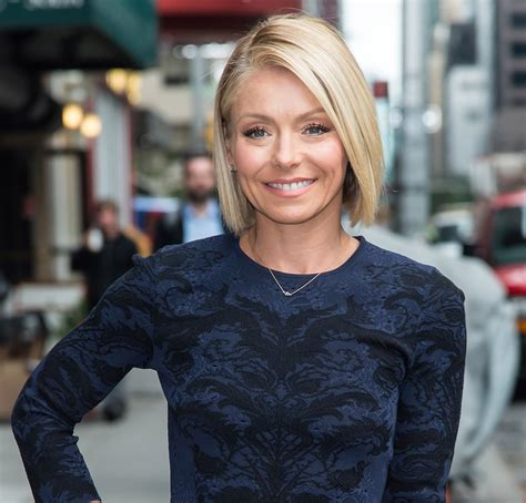 how do they style kelly rippas hair kelly ripa debuts yet another new hair color see the