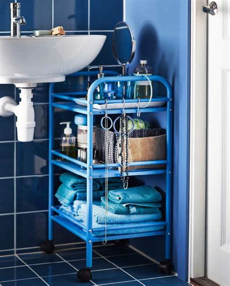 ikea badezimmer blau draggan rollwagen in blau direkt neben einem waschbecken