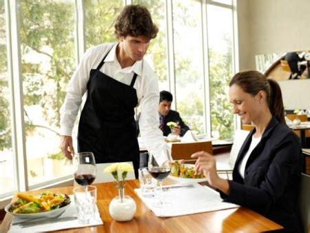 come servire a tavola cameriere italiano inglese o francese n 233 bacio n 233 idioma si parla