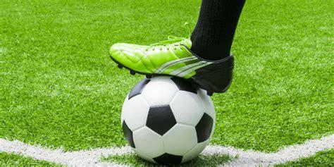 Sepatu Bola Beda Warna sepatu futsal dan sepatu lapangan itu beda lho bola net