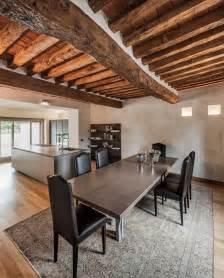 plafond bois avec poutres apparentes et ambiance rustique