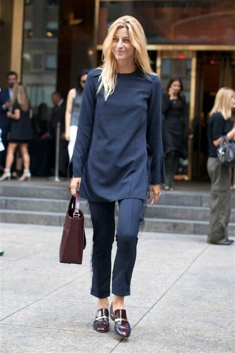 cappotti e look minimal blue is in fashion this year street style a minimal look for the office le fashion