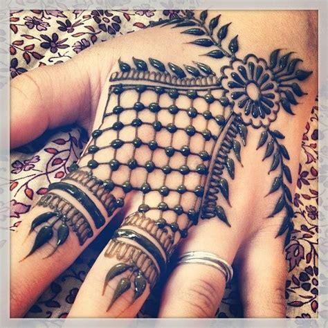 henna tattoo hand rücken mehendi henna design beautiful unique henna