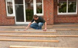 kunststoffsockel terrasse terrassendielen unterkonstruktion selber bauen 4 schritt