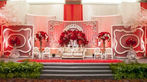 ide dekor pernikahan bernuansa merah  memikat