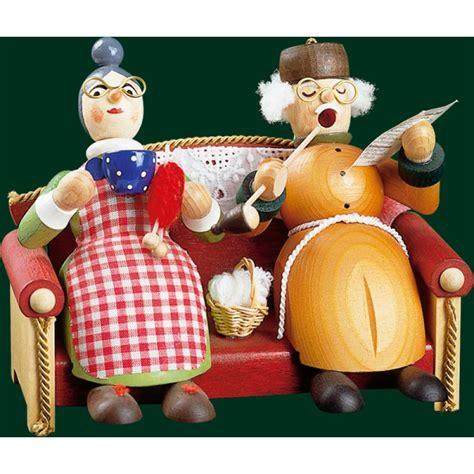 oma und opa saßen auf dem sofa richard gl 228 sser oma und opa auf sofa holzkunst aus dem