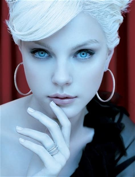 white haired model from chicos blue eyes fashion jessica stam model pale white