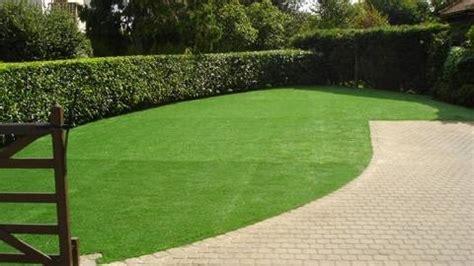 tappeto verde sintetico prezzi prato sintetico materiali per il giardino