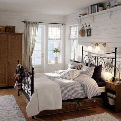 i like the overhead shelf and lights the the bed - Moderne Schlafzimmer Accessoires