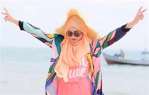 Kemeja White Batik Shell Black kombinasi gaya mode dan topi tren 2018 yang hits