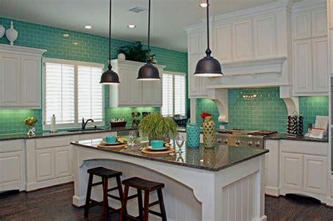 white tile kitchen backsplashes shade of white subway turquesa el color del mar en tu casa blog de