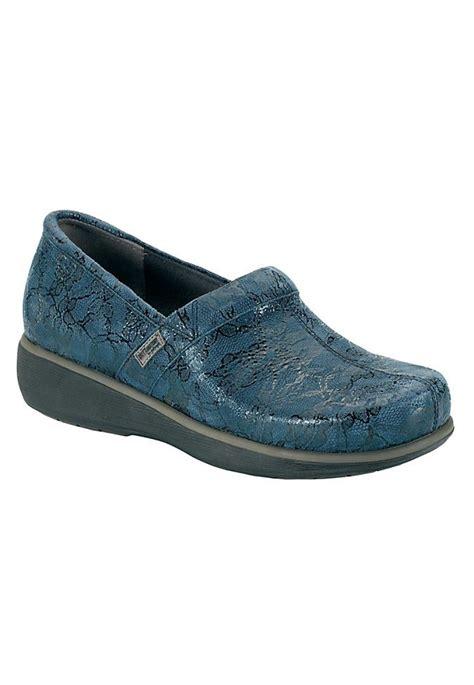 best nursing shoes for flat 84 best shoes clogs images on clogs clogs