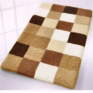 Bath rug withlight cream light brown caramel and dark brown tones