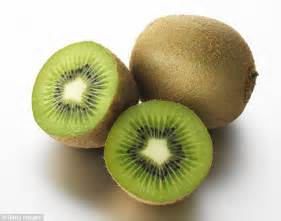 fruit before bed eating two kiwi fruit before bedtime helps sleep
