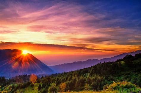menikmati sunrise  gunung bromo