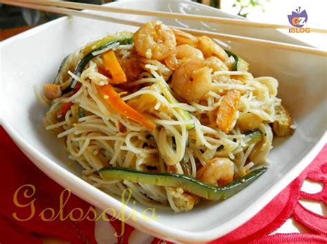 come cucinare gli spaghetti di riso cinesi spaghetti di riso con verdure e gamberi ricetta orientale