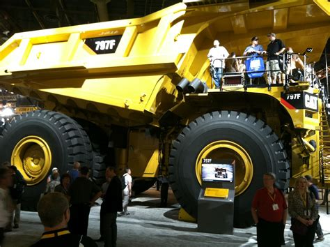 Alat Berat Terbesar Di Dunia Pin The Caterpillar 797b Image Of Largest Mechanical Dump Truck In On