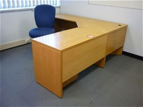 Blonde wood timber veneer corner office desk Auction (0046