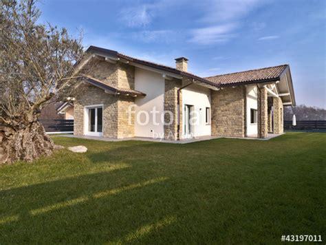 Quanto Costa Costruire Una Casa Di 100mq by Quot Villa Moderna Con Giardino E Muri Di Pietra Quot Immagini E