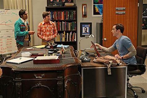 raj desk sheldon office image bbt brobdinaggian desk jpg the big theory