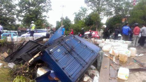 Minyak Lintah Di Semarang truk berisi minyak goreng tabrak baliho di turunan gombel semarang tribunnews