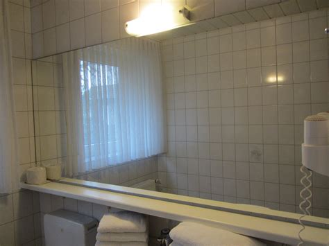 spiegel im badezimmer spiegel im badezimmer vom hotelhotel pension appartement
