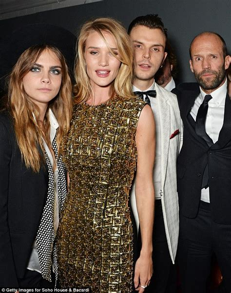 Tshirt Sain German Db karlie kloss puts fellow supermodel cara delevingne in the