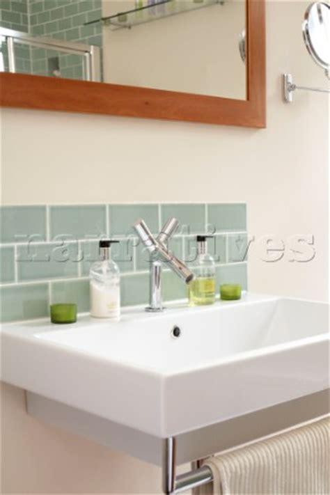 hj012 19 green tiled splashback above sink in