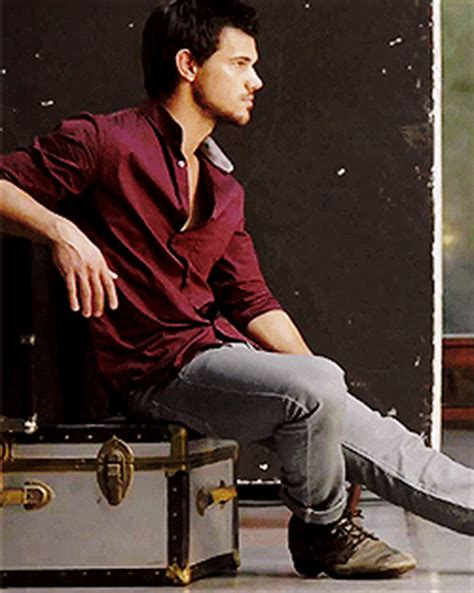 taylor lautner bench official taylor lautner fan page another gif of taylor