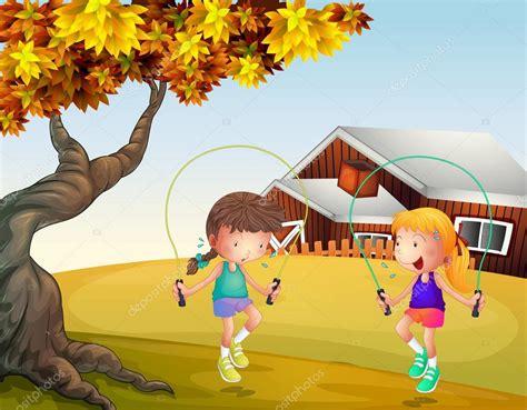 imagenes de niños jugando ala cuerda dos ni 241 as jugando a saltar a la cuerda en el patio trasero
