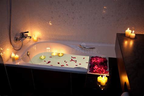 casa di cura candela spa vasca da bagno romantica fotografia stock immagine di
