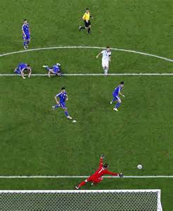 lionel messi wohnung a photo of lionel messi scoring a goal against 5