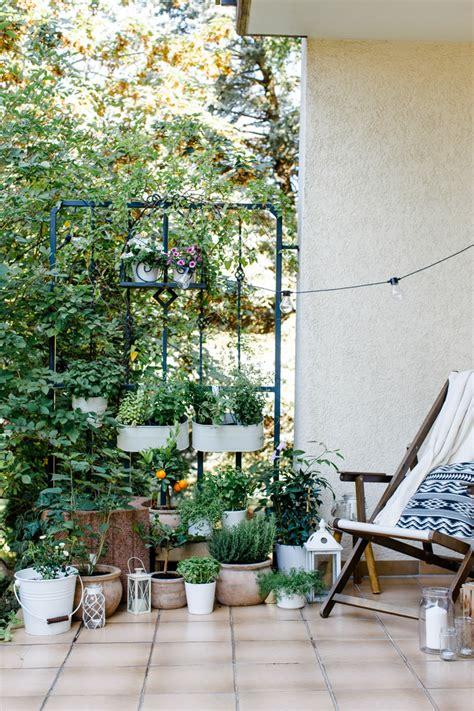 ideen für kleine terrassen lichterkette balkon idee