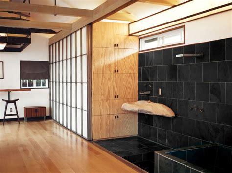 cortina ba o dise o dise 241 o de casa muy peque 241 a de madera fachada e interiores
