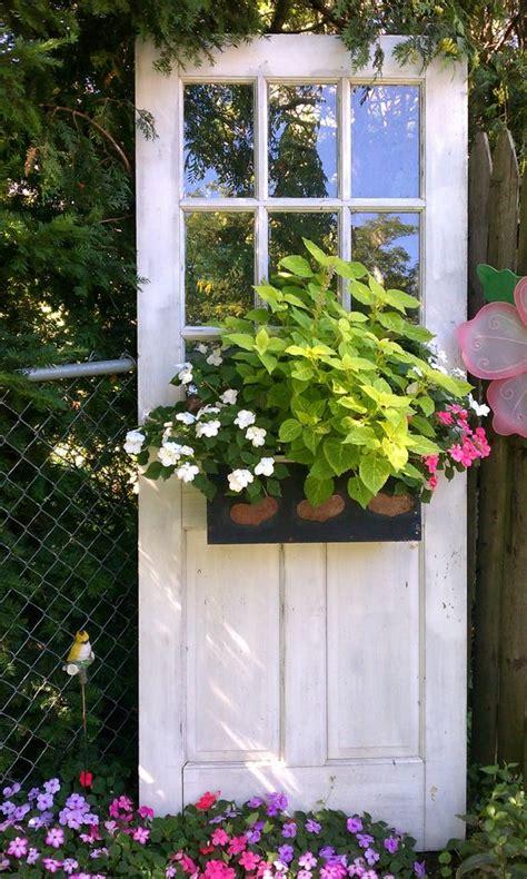 decorare porta decorare il giardino riciclando le vecchie porte 20 idee