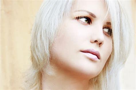 tendencia de cabello gris y diferentes looks tendencia de cabello gris y diferentes looks