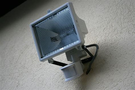 Comment installer un projecteur extérieur Conseils et astuces bricolage, décoration, maison