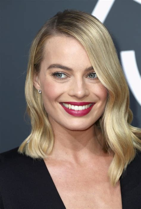 golden globes hair makeup was all about the drama margot robbie hair and makeup at the 2018 golden globes