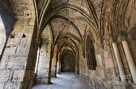 Siria Gotik the cloisters inside the crusader castle of krak