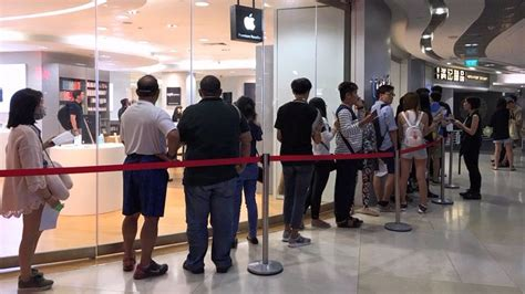 apple reseller singapore singaporeans still lined up for the iphone 7 but queues