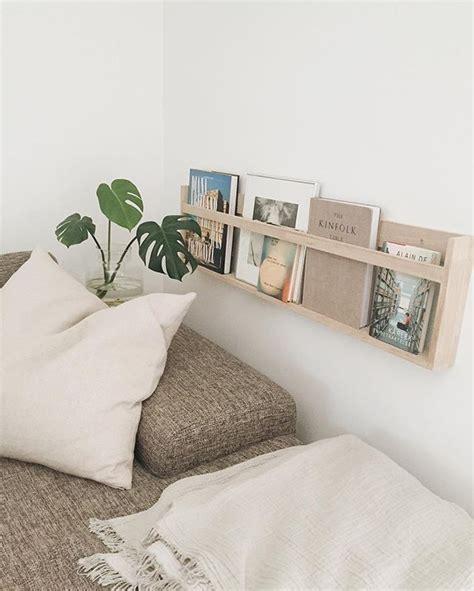 presentoir en bois au mur pour exposer les livres