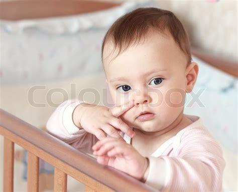 stellung im bett lustige kleine babym 228 dchen h 228 lt finger in der n 228 he der