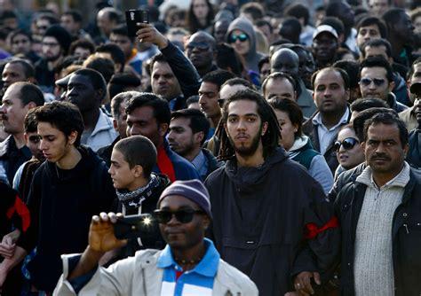come ottenere un permesso di soggiorno brescia 2mila immigrati sfilano per ottenere il permesso