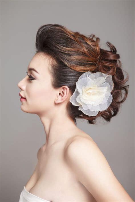 acconciatura con fiore capelli raccolti e morbidi con fiore applicato