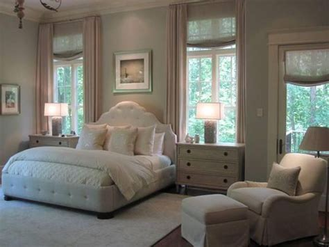 How To Not Be In The Bedroom by 25 Best Ideas About Bed Between Windows On