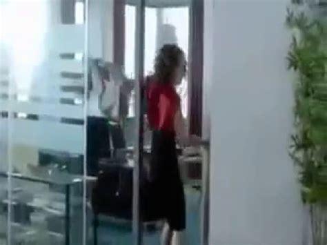 scorreggia in ufficio anche le donne le fanno doovi