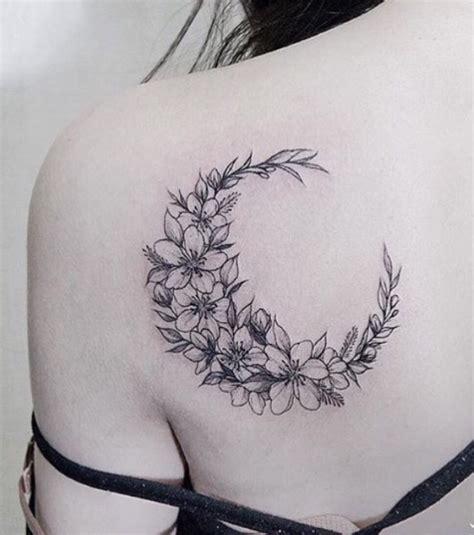 Modeles Tatouage Lune photo tatouage femme une lune en fleurs sur l omoplate