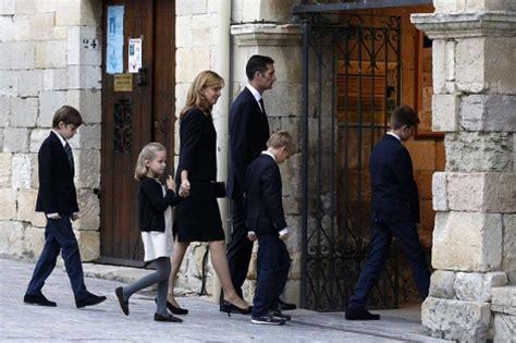 personas entrando en iglesia urdangarin despide a su padre arropado por la infanta